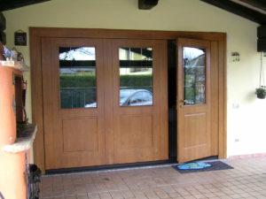 porta basculante in legno con porta e vetratura