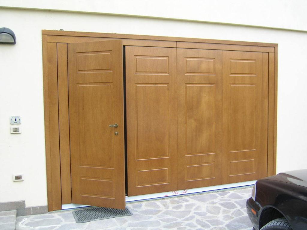 basculante in legno con porta pedonale
