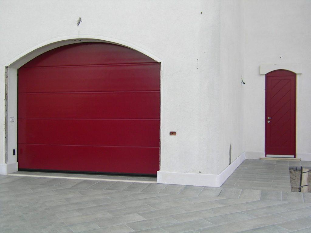Portone garage sezionale su foro ad arco